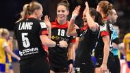 Spielerinnen der deutschen Handballnationalmannschaft beglückwünschen sich nach ihrem Sieg bei der EM gegen Gastgeber Schweden.
