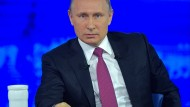 """Wladimir Putin antwortet auf (ausgesuchte) Fragen der Zuschauer in der Fernsehsendung """"Direkter Draht""""."""