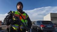 Schutz gegen Terroristen: Ein deutscher Polizist beobachtet am 22. Dezember Fahrzeuge an der deutsch-französischen Grenze in Ottmarsheim.