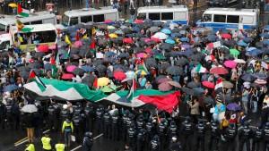 Demonstranten im Regen