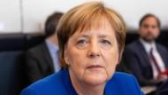 Zwischen Brüssel und Berlin: Bundeskanzlerin Angela Merkel am Montagnachmittag vor Beginn einer turbulenten Sitzung der Bundestagsfraktion von CDU und CSU zum Asylstreit.