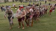"""Aborigines nehmen in Sydney an einer traditionellen """"Smoking Ceremony"""" anlässlich des Australia Days teil. Der Rauch des Feuers soll die Anwesenden reinigen."""