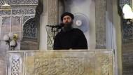 Das letzte Foto von ihm ist vier Jahre alt. Abu Bakr al Bagdadi beu der Ausrufung des Kalifats am 04.07.2014 in Mossul.