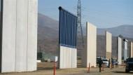 Trumps Mauer-Prototypen stehen