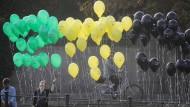 """Farbenspiele im Regierungsviertel: Die Organisation """"Mehr Demokratie"""" demonstriert für bundesweite Volksentscheide."""
