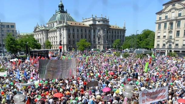 Zehntausende demonstrieren gegen G-7-Gipfel