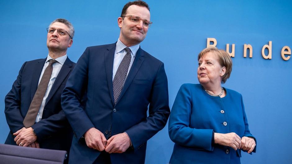 Bundeskanzlerin Angela Merkel mit Gesundheitsminister Jens Spahn (Mitte) und dem Leiter des Robert-Koch-Instituts Lothar Wieler
