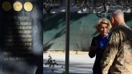 Den Gefallenen: Ursula von der Leyen und Isaf-Kommandeur John Campbell in Kabul