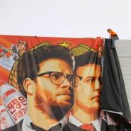 """Arbeitern entfernen in Hollywood ein Plakat der Kino-Satire """"Das Interview"""", nachdem der Unterhaltungskonzern Sony Pictures den Film nach einer Terrordrohung zurückgezogen hat."""