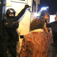 Ein Polizist sprüht in Minsk am Abend des 23. September einer Demonstrantin Pfefferspray ins Gesicht