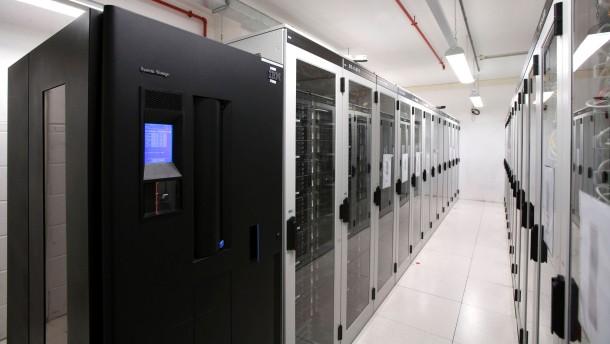 Telekommunikationsanbieter 1&1 - Die Tochtergesellschaft der United Internet AG ist in Deutschland mit mehreren Millionen Kundenverträgen ein führender Internet-Provider. Im Mittelpunkt steht das Rechenzentrum Karlsruhe.