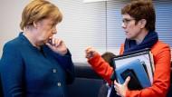 Bundeskanzlerin Angela Merkel (l., CDU) und Annegret Kramp-Karrenbauer, CDU-Bundesvorsitzende unterhalten sich zu Beginn der Unions-Fraktionssitzung im Bundestag.