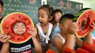 Sind sie nicht süß? Chinesische Kinder nehmen am 6. August an einem Wassermelonen-Wettessen in einem Kindergarten in der Provinz Hebei teil.