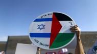 Eine gemeinsame Zukunft von Israelis und Palästinensern wünscht sich dieser Demonstrant Anfang Februar in Bethlehem.