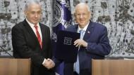 Auftrag zur Regierungsbildung erteilt: Reuven Rivlin (r), Staatspräsident von Israel, schüttelt Ministerpräsident Benjamin Netanjahu die Hand.