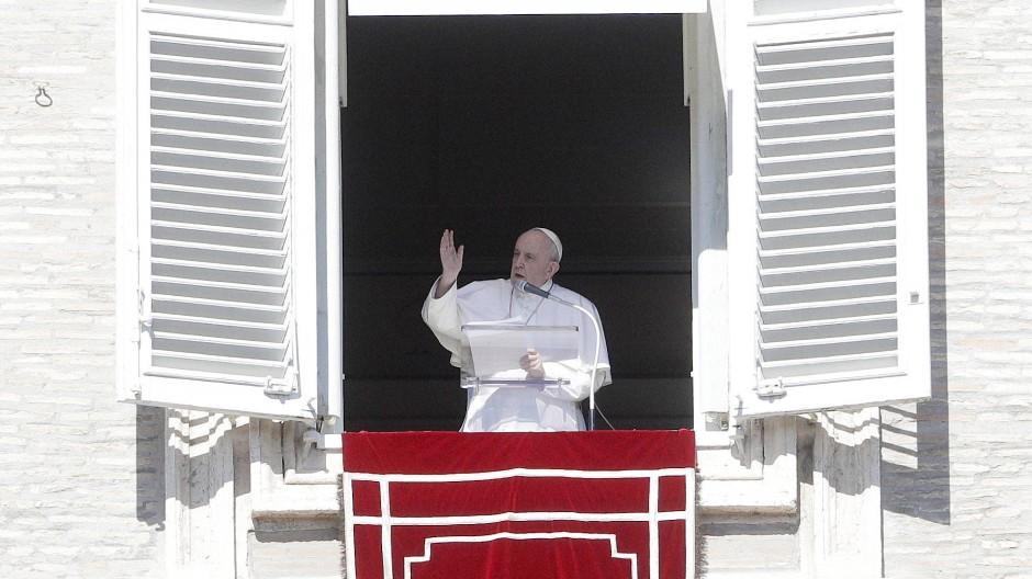Sorgt sich um die Nachfolge: Papst Franziskus hält das Angelus-Mittagsgebet aus dem Fenster seines Arbeitszimmers auf dem Petersplatz.