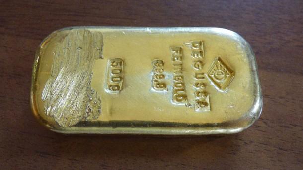 Sechzehnjährige findet Goldbarren beim Baden