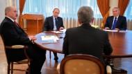 Putin (Mitte) bespricht mit den Staatschefs aus Weißrussland und Kasachstan, Aleksandr Lukaschenka (links) und Nursultan Nasarbajewin, die Lage in der Ukraine