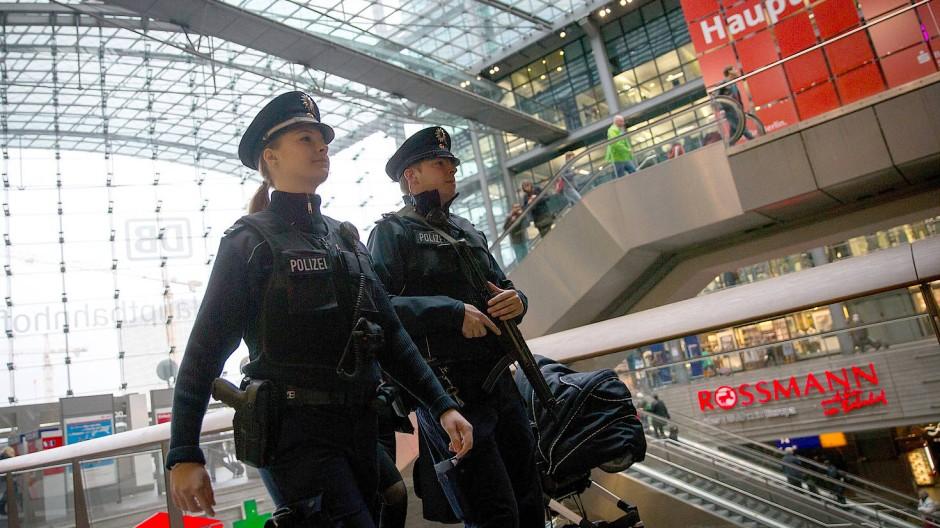 Sollen bald auch gegen Corona eingesetzt werden: Bundespolizisten am Berliner Hauptbahnhof