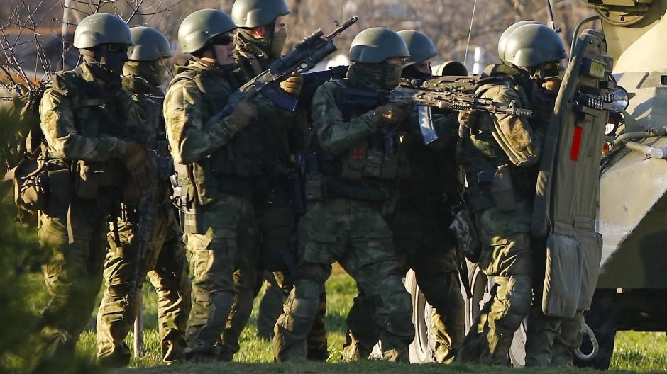 Verteidigung der Russen? Russische Soldaten am 22. März 2014 bei der Belagerung eines ukrainischen Militärstützpunkts auf der Krim