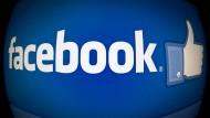 Daumen hoch: Facebook-Daumen und -Schriftzug
