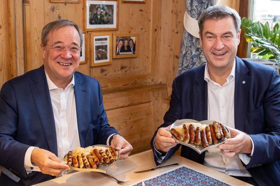 Die Teller sind in Herzform: Laschet und Söder im Wahlkampf