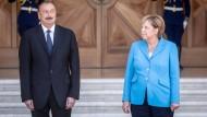 Empfang mit militärischen Ehren: Merkel bei Alijew