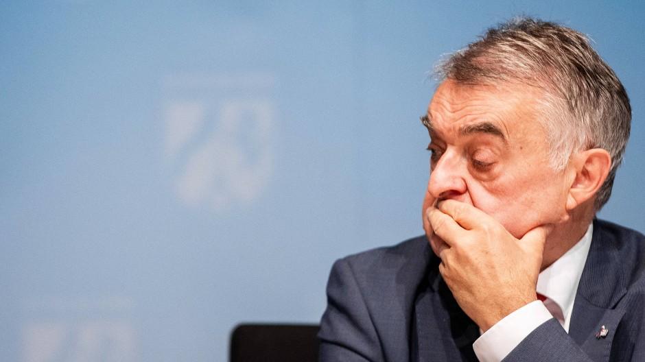 """Spricht von einer """"Schande für die Polizei"""": Nordrhein-Westfalens Innenminister Herbert Reul (CDU)"""
