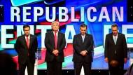 Die republikanischen Präsidentschaftskandidaten, Marco Rubio, Donald Trump, Ted Cruz und John Kasich gedenken vor ihrer jüngsten Debatte der verstorbenen ehemaligen First Lady, Nancy Reagan.