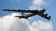 """Amerika modernisiert gegenwärtig seine Nuklear-Streitkräfte. Das Bild zeigt einen strategischen Bomber des Typs B-52 """"Stratofortress""""."""