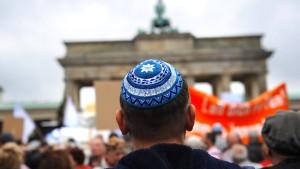 """Merkel ruft zum """"Kampf gegen antisemitische Ausschreitungen"""" auf"""