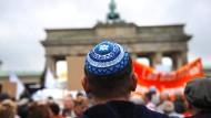 Die Kippa ist die traditionelle Kopfbedeckung männlicher Juden. (Archivbild von einer Demo gegen Judenhass 2014 am Brandenburger Tor)