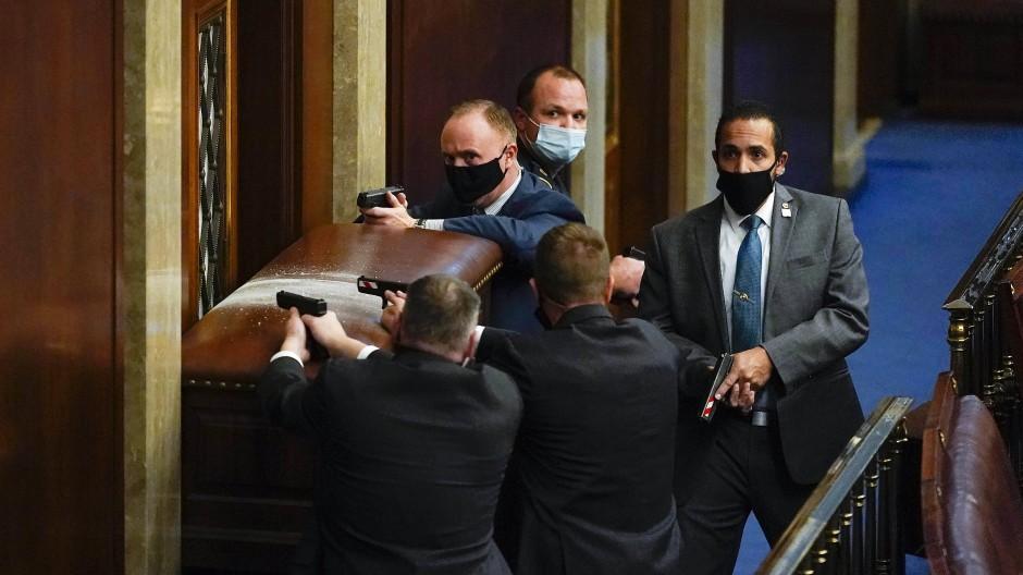 Verteidiger des Kapitols: Polizisten mit gezückten Waffen am 6. Januar.