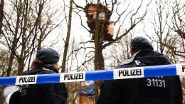 Polizei will mutmaßlichen Fäkalienwerfer aus Baumhaus holen