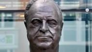 """Die bronzene Porträt-Büste Helmut Kohls in Berlin ist Bestandteil des Denkmals """"Väter der Einheit"""" des französischen Bildhauers Serge Mangin."""