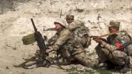 Aserbaidschanische Soldaten schießen auf die Kontaktlinie der selbsternannten Republik Nagornyj Karabach ? Aufnahme aus Filmmaterial, das das aserbaidschanische Verteidigungsministerium am Sonntag veröffentlicht hat