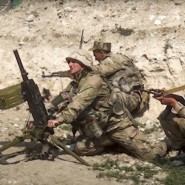 Aserbaidschanische Soldaten schießen auf die Kontaktlinie der selbsternannten Republik Nagornyj Karabach – Aufnahme aus Filmmaterial, das das aserbaidschanische Verteidigungsministerium am Sonntag veröffentlicht hat