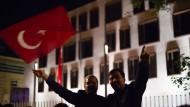 Unterstützung für Erdogan: Hunderte Menschen mit türkischen Fahnen stehen in der  Nacht zu Samstag vor der türkischen Botschaft in Berlin und demonstrieren gegen den Militärputsch in der Türkei.