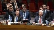 Die UN-Botschafter Gerard van Bohemen (Neuseelands) und Witalij Churkin (Russland) heben ihre Hände für die Syrien-Resolution in New York.