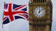 Fünf Minuten nach zwölf: Der Union Jack weht vor Big Ben in London.
