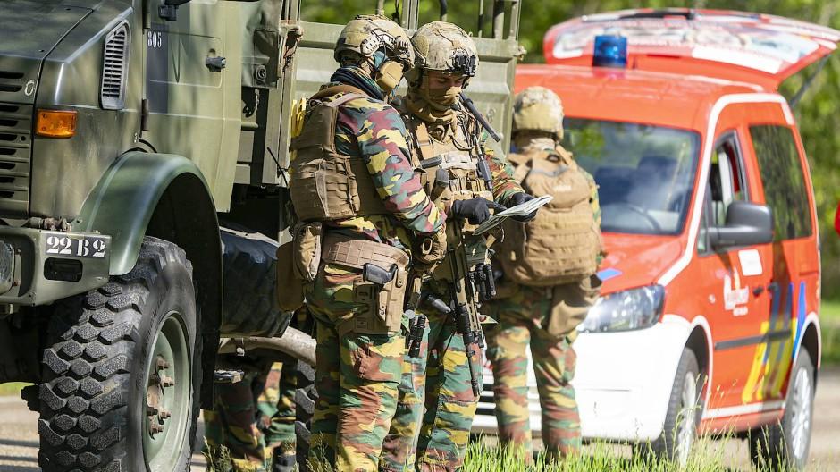 Spezialkräfte suchen am Freitag in Maasmelchelen weiter nach einem mutmaßlich rechtsextremen Berufssoldaten, der weiter auf der Flucht ist.