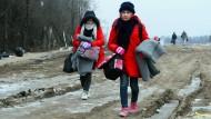 Sie dürften wohl bleiben: Eine Gruppe von Flüchtlingen aus Syrien, dem Irak und Afghanistan überqueren die serbisch-mazedonische Grenze Richtung Norden.