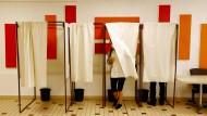 Eine Wählerin verlässt am Sonntag eine Kabine in einem Wahllokal in Cucq.