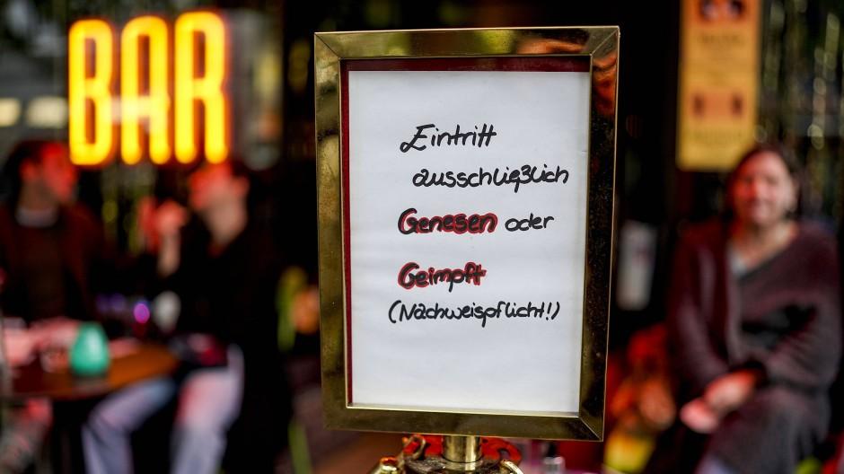 Nur mit Impfausweis oder genesen: Eine Bar in Hamburg