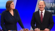Hamburgs Erster Bürgermeister und Spitzenkandidat der SPD für die Bürgerschaftswahl, Olaf Scholz und die Spitzenkandidatin der Grünen, Katharina Fegebank, stehen am Wahlabend im Fernseh-Studio.