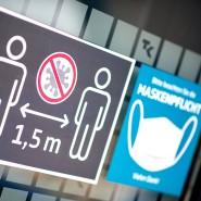 Ein Schild in der Filiale einer Krankenversicherung in Hannover weist auf Maskenpflicht und Abstandsgebot hin