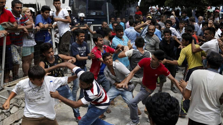 Die Situation gerät außer Kontrolle, als Asylsuchende sich um Plätze in der Warteschlange prügeln.