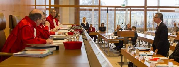 Der Zweite Senat und Bundesinnenminister de Maizière erörtern Grundsatzfragen.