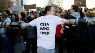 Proteste gegen Ceta vor dem Europarat in Brüssel