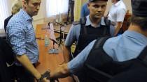 Der Kreml-Kritiker Alexej Nawalny bei seiner ersten Verurteilung in Kirow im Jahr 2013